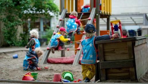Se till att barn- och äldreomsorg får resurser, kräver debattörerna. Det är den stora frågan, inte privatiseringar eller vinstuttag. Foto: FREDRIK SANDBERG