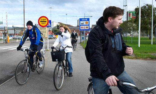 Herman Karlsson (i förgrunden) har just gått av sitt skift för dagen på SSAB Oxelösund. Beskedet om nya neddragningar var väntat, säger han. Det råder en oro bland personalen, men han är ganska lugn trots att han bara jobbat drygt tre år. –Det är flera som anställts efter mig, säger Herman Karlsson.