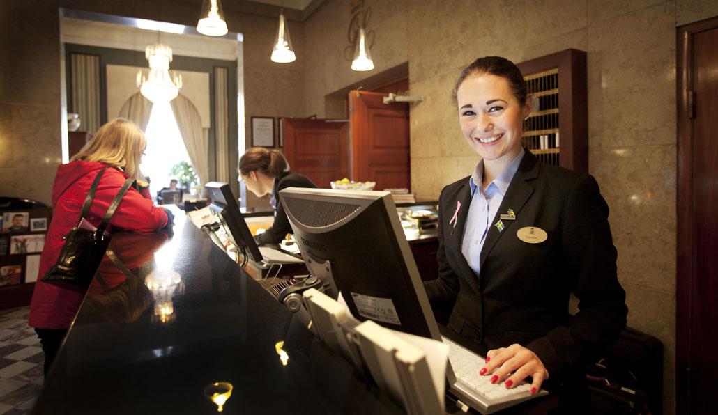 Caroline Kjellberg, hotellreceptionist.