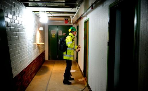 Grön hjälm betyder skyddsombud. Bilden är från en inspektion vid ett bygge på KTH för ett par år sedan.