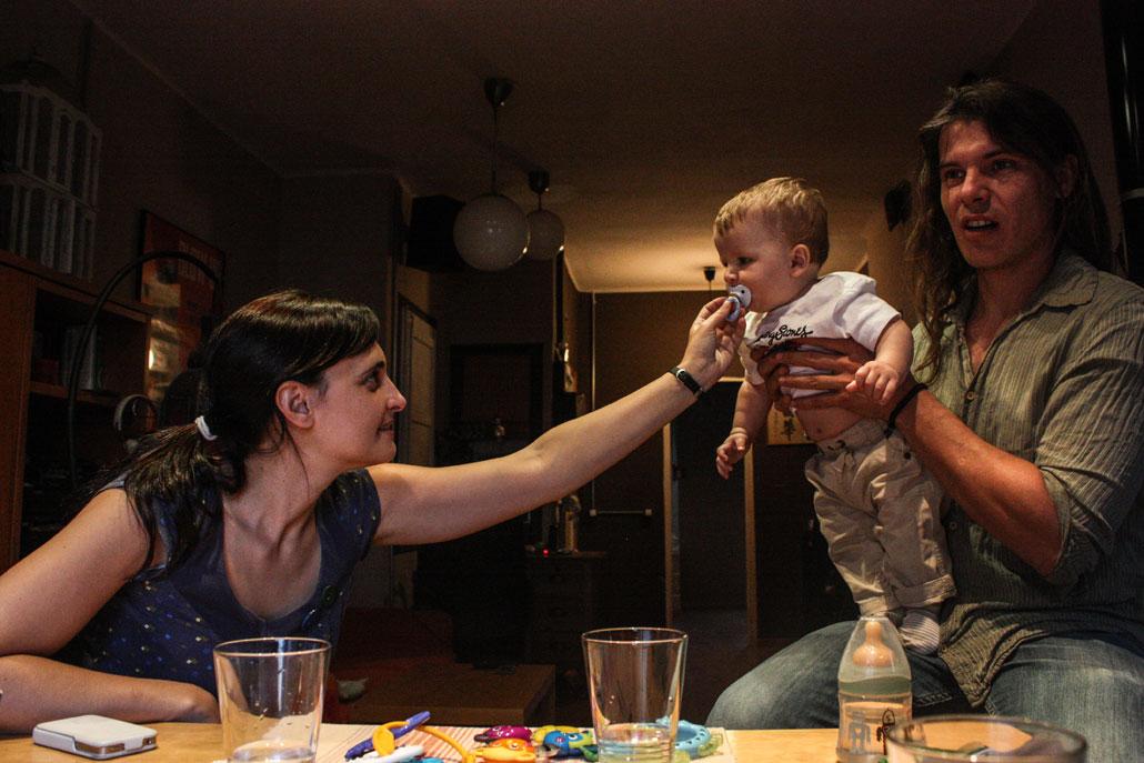 Ettan i Barcelona är både för dyr och för trång för Rocia Vila och Oriol Perez och deras åtta månader gamla Martin Vila. Nu letar familjen efter ett billigare och större boende i förstaden Torrelles de Llobregot.