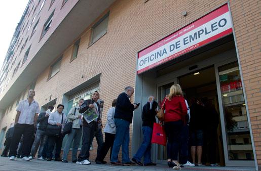 Kö för att registrera sig som arbetslös. Antalet arbetslösa spanjorer ökade med 80000 i september.
