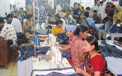 Textilfabrik i Dhaka. Här syr många av de stora modeföretagen upp sina kläder.