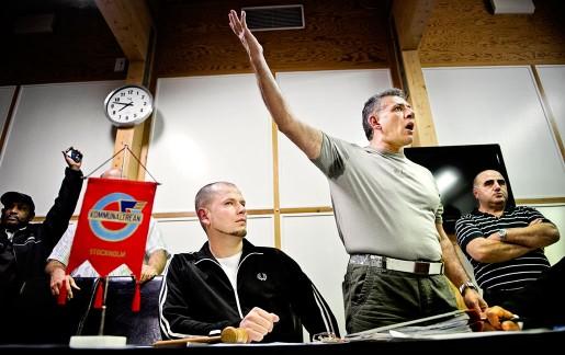 Huvudskyddsombudet Reza Forghani lägger ut texten på klubbmötet i Sundbyberg. Han omges av mötesordföranden Nezir Smajlovic (till vänster) och Can Kirilmaz.