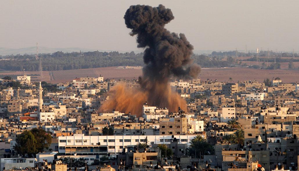 Rök stiger över Gaza City efter att israeliska bomber exploderat i staden den 15 november 2012.