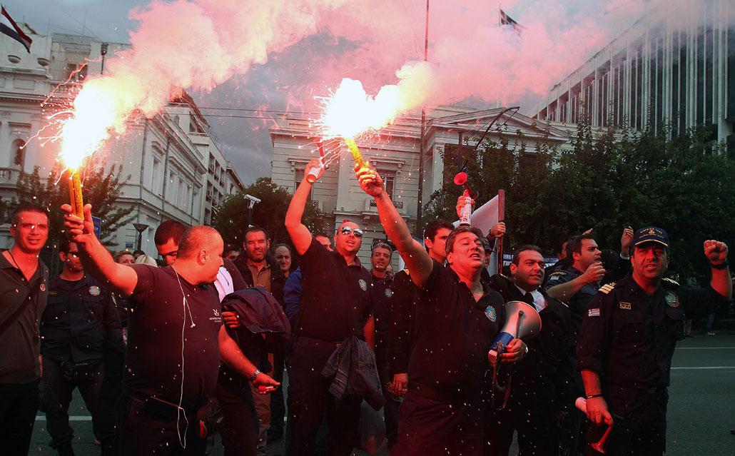 Personal i grekisk kustbevakning protesterar mot offentliga nedskärningar i Athen på torsdagen den 1 november.