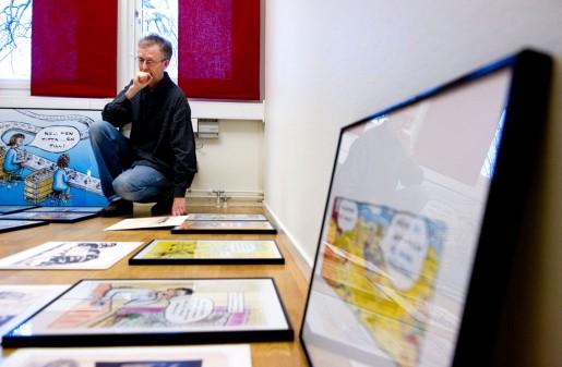 Robert Nyberg funderar på i vilken ordning bilderna ska hänga i utställningen på Arbetarrörelsens arkiv, där hans bilder ställs ut tillsammans med teckningar av Ivar Starkenberg. Starkenberg var en politisk satirtecknare som verkade under första hälften av 1900-talet.