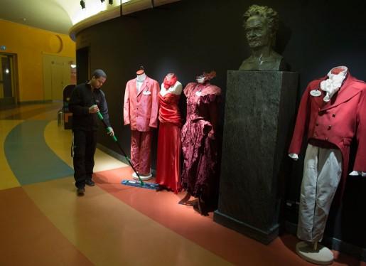 Samuel Teclemariam håller rent i Göteborgs kulturliv. Och Strindberg håller koll på att det blir ordentligt städat i Stadsteaterns foajé.