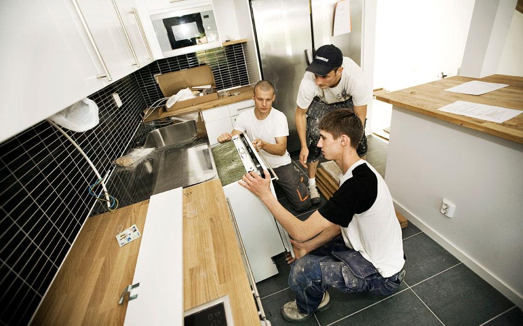 Byggjobbare från Lettland deltar i ett nybygge i Uppsala. Efter Lavaldomen har antalet utländska byggjobbare i Sverige ökat kraftigt. (Arkivbild)