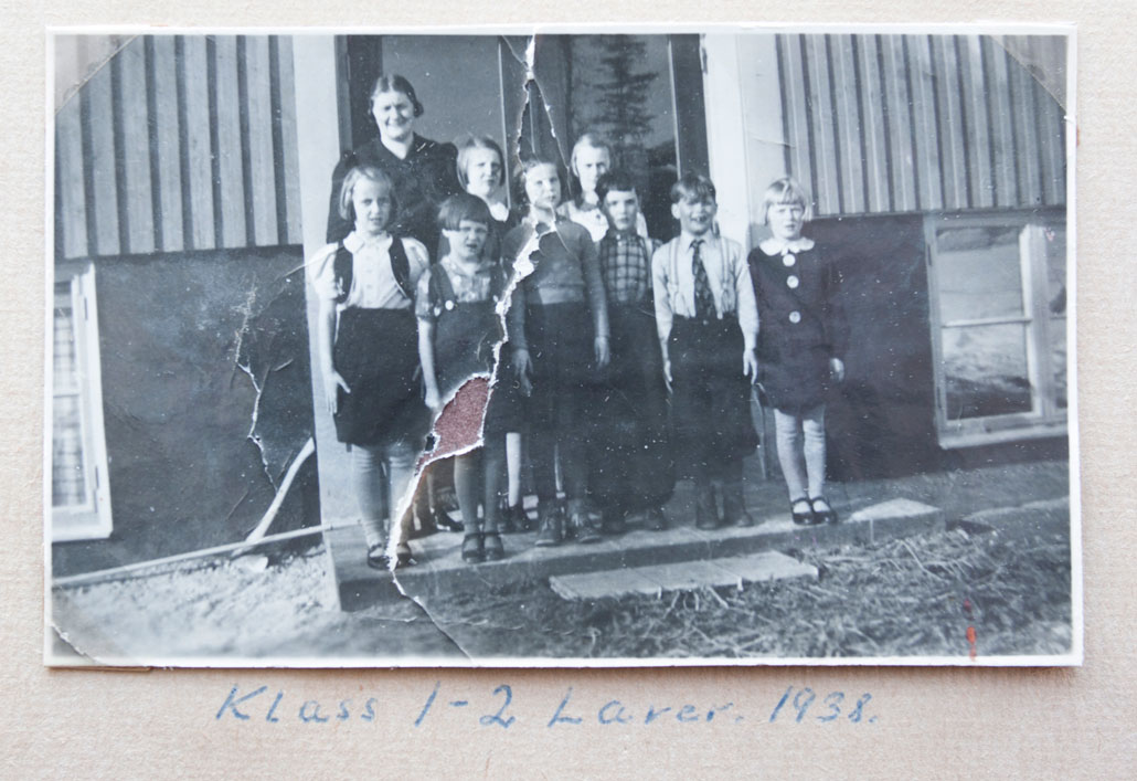 I gruvbyn Lavers skola gick Maja Öberg, och fick bo inackorderad. Hon är den tredje från vänster i främre raden, lärarinnan hette Therese Lundgren.Foto: Ur Maja Öbergs fotoalbum