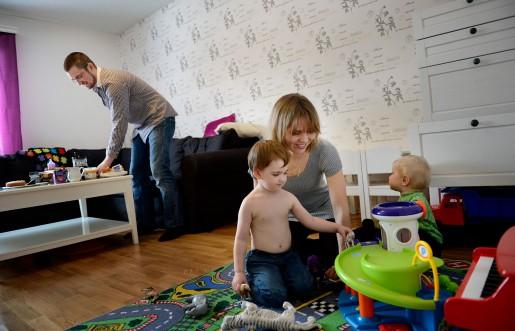 Tommy Wrede tycker att han och hans fru Therese gör lika mycket av arbetet med hemmet och sönerna Rasmus och Filip. Therese gör en annan uppskattning.