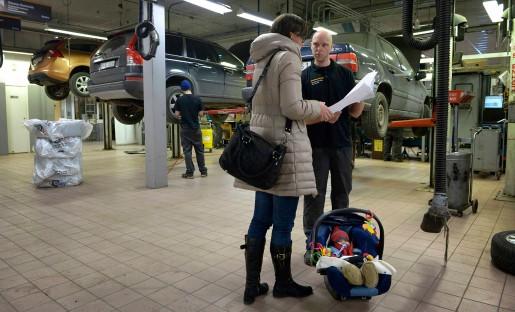 Fredrik Sävsten är servicetekniker. Trots att han jobbar i en mansdominerad bransch tycker han att det är självklart att vara hemma med barnen.