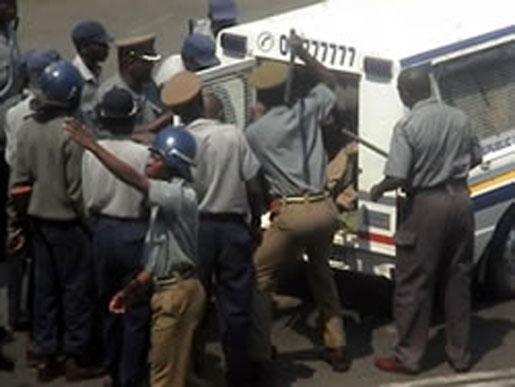 Den 13 september 2006. ZCTU organiserade protester i 34 städer i Zimbabwe och krävde högre löner. Wellington Chibebe och femton fackliga kolleger greps på gatan i huvudstaden Harare. De tvingas med batongslag in i en pickup. Strax efter att bilden tagits misshandlas Chibebe svårt på en polisstation.