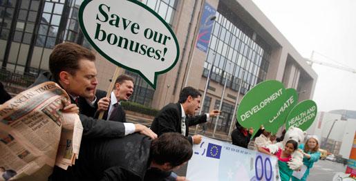 """Debattören varnar för att låta kapitalintressena – """"marknaden"""" – styra infallsvinkeln även på politiska beslut. Bilden är från en protest utanför ett möte mellan EU:s finansministrar."""