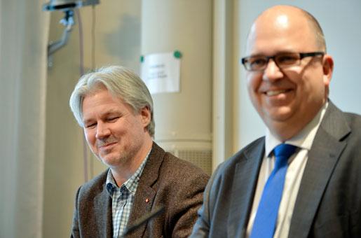 LO:s ordförande Karl Petter Thorwaldsson (th) och avtalssekreterare Torbjörn Johansson kommenterar det nya industriavtalet, under en pressträff i LO-borgen på tisdagen.