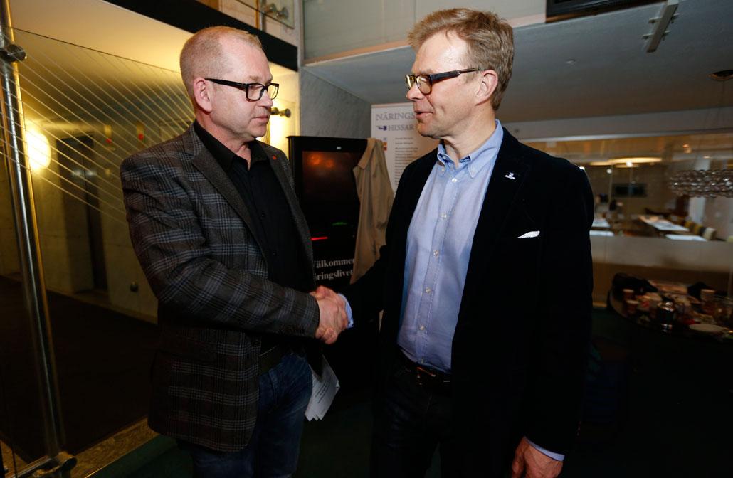 Byggnads förbundsordförande Johan Lindholm skakar hand med Ola Månsson, vd i Sveriges Byggindustrier, efter att man kommit överens om ett nytt avtal vid medlingen i Näringslivets hus i Stockholm vid 19.30-tiden på måndagskvällen.
