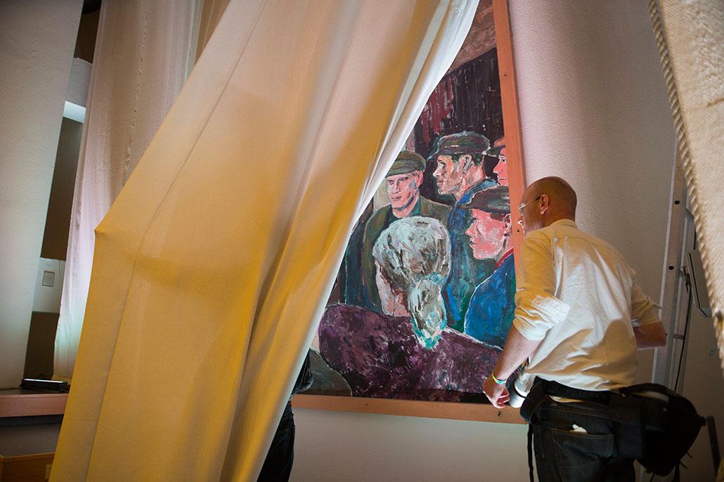 Arbetarkonst av Albin Amelin i Folkets Hus döljs bakom draperier.