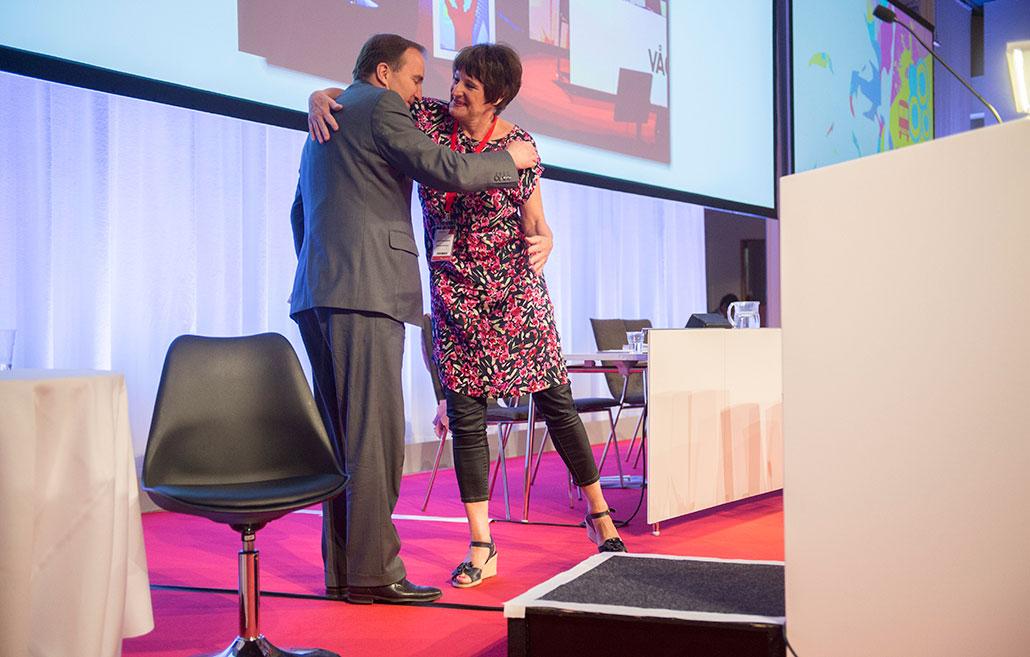Stefan Löfven får en kran av Anneli Nordström på Kommunals kongress.