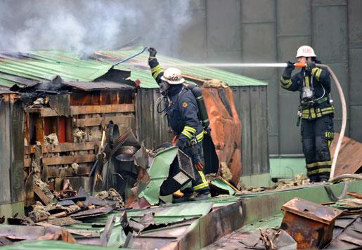 Brandmän bekämpar storbrand på Arkitekthögskolan på Östermalm i Stockholm.