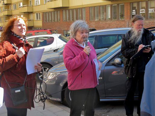 Kjersti Bosdotter och Anne-Marie Lindgren berättar om industribyggnader i hörnet Alströmergatan/Fridhemsgatan.