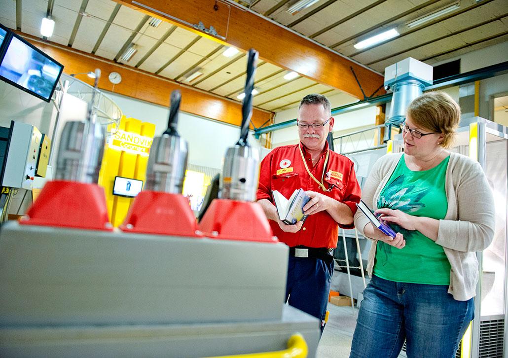 Lokala arbetarförfattare – och ren lustläsning. Olle Johansson och Anneli Pirinen, bokombud på Sandvik AB, gillar blandningen på arbetsplatsbibilioteket.
