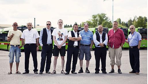 Nio bussförare i strejk i Strängnäs. Åtta av dem fick följa med från Keolis till Bergkvarabuss. Från vänster Rafael Kemppainen, 23 år i yrket, Mikael Stavem, tre år, Roger Broberg, 18 år, Muhidin Cirak, 14 år, Mikael Myllymäki, 20 år, Nori Naser, tre år, Ghassan Ahem, ett år som bussförare, Dan Illman, 29 år, och Bertil Forsman, 25 år, numera provanställd.