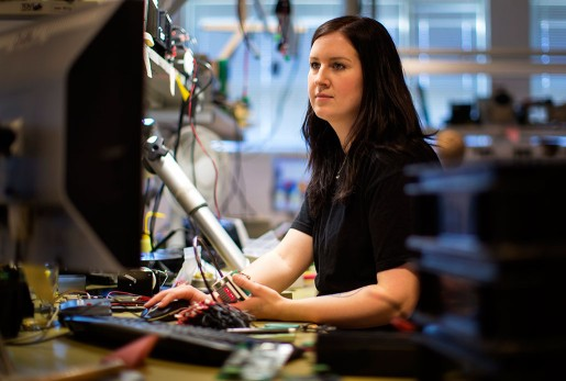 Emelie Östh vid monteringsbordet. – Man får inte vara darrhänt och måste vara skarpsynt, säger hon om arbetet med de pyttesmå elektroniska komponenterna.