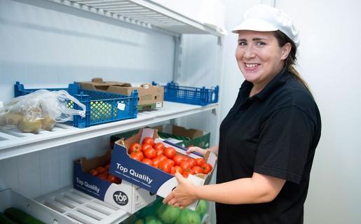 När Johanna Hiltunen kommer till jobbet klockan 7 börjar hon med att göra sallad till dagens lunch.