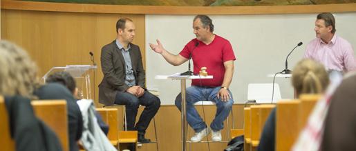 P-O Fällman, Jannis Konstantis och Johnny Nadérus svarar på frågor från Sekomedlemmar som laddar för strejk. FOTO: Fredrik Sandberg