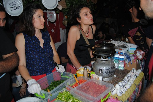 Ockupanterna i Geziparken har ett tiotal tältrestauranger som serverar gratis mat dygnet runt. Här finns även ett tältsjukhus med ett hundratal frivilliga läkare och syrror. De har snabbt blivit specialister på tårgasskador. Även frakturer är vanliga.