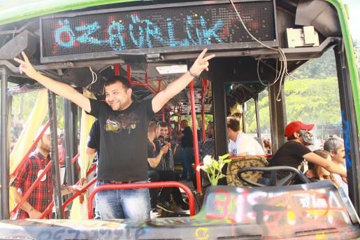 En gammal buss används både som talarstol, teaterscen, hotell och barrikad.