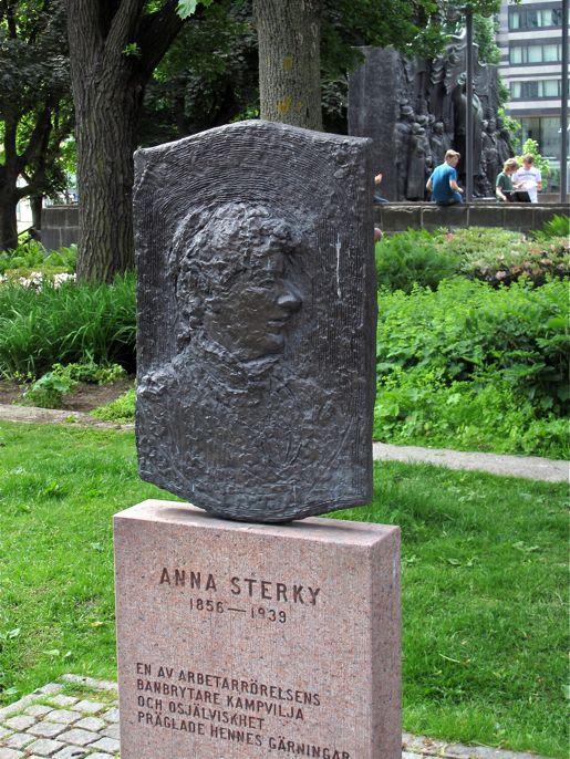 Anna Sterky-statyn på Norra Bantorget. I bakgrunden Brantingmonumentet.