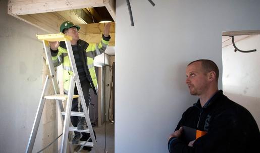 Både luckan till vinden och stegen får underkänt. Hålet ska vara större och det ska finnas en permanent trappa till vinden, säger Jörgen Conradsson till platschefen Mark Reilly.