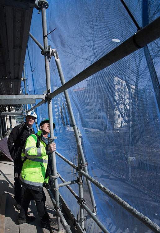 Jörgen Conradsson försöker uppskatta tyngden som vilar på ett färskt cementblock och säger till platschefen Josef Magnusson att fukthalten i cementen måste mätas innan den får belastas.