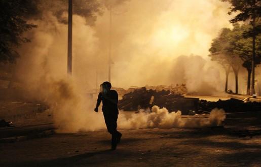 Demonstrant föreöker undvika tårgas under demonstrationerna i Istanbul, Turkiet natten till den 4 juni