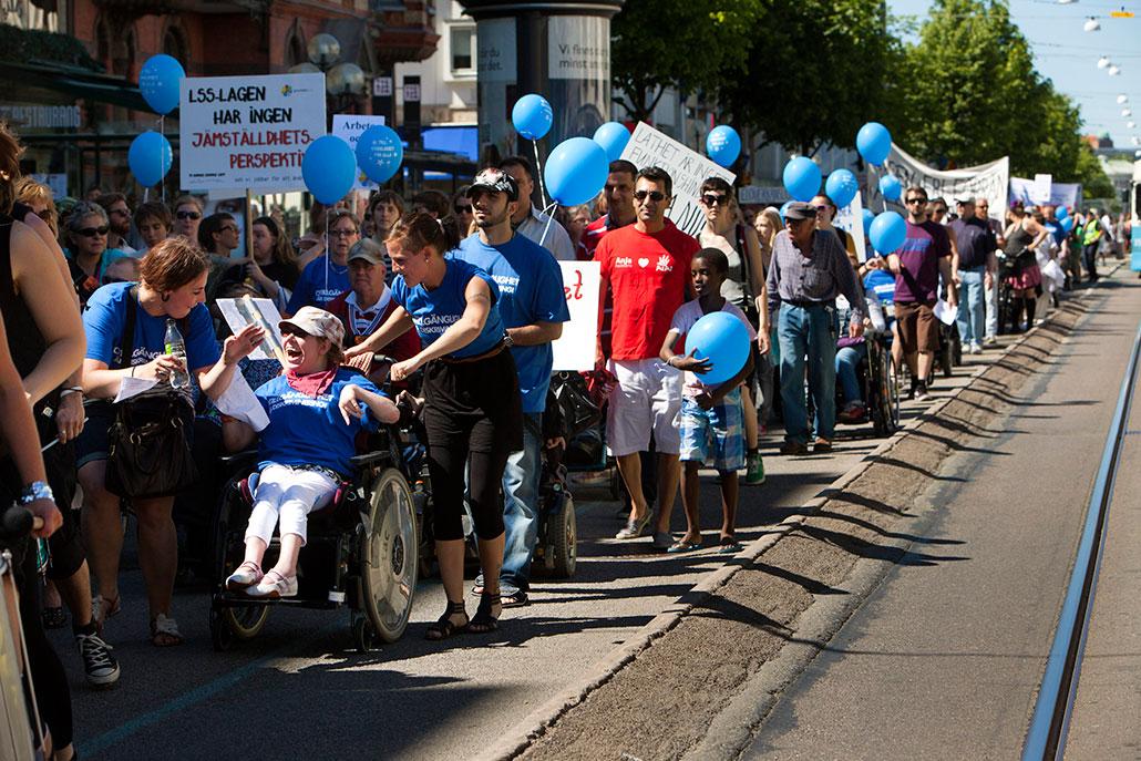 Funktionshinder ska inte hindra någon från att ta sig fram i samhället och arbetslivet. Bilden är från en demonstration för tillgänglighet i Göteborg.