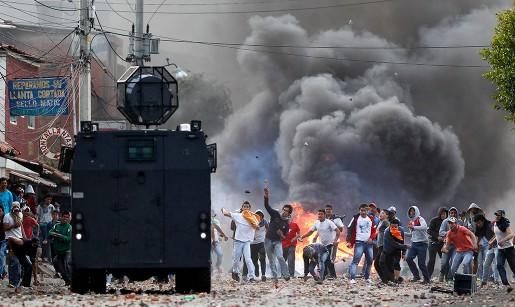 Demonstranter och polis har drabbat samman bland annat i staden Ubaté i Colombia.
