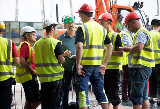 Krister Strömberg kontrollerar villkoren för de anställda vid ombyggnaden av Täby Galleria.