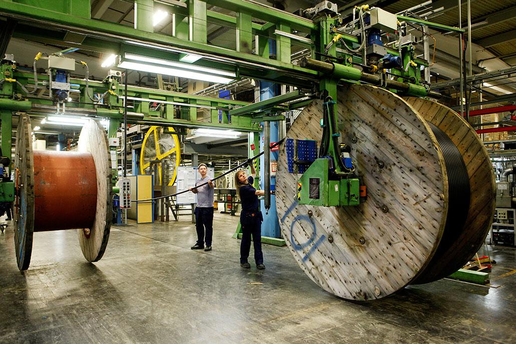 Centrala avtal som utgår från industrins kostnadsnorm är en modell som har fungerat bra under lång tid, argumenterar IF Metall-ordföranden mot Ledarnas debattartikel. Bilden är från Ericssons kabelfabrik i Hudiksvall, som Arbetet besökte i vintras.