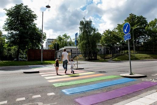 Putins attacker mot homosexuella har mötts av protester – till exempel det plötsligt regnbågsfärgade övergångsstället utan för ryska ambassaden i Stockholm.