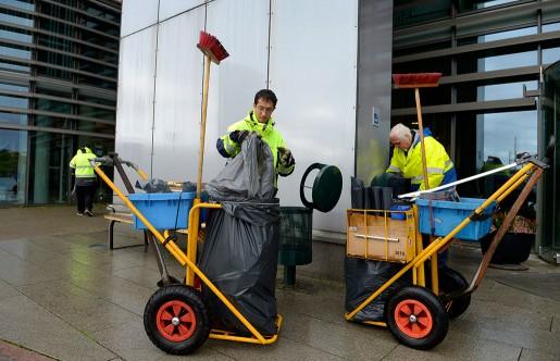 Förr jobbade Samhalls anställda i företagets egna verkstäder, nu arbetar 80 procent ute hos kunderna. Som Hassan, Fernando och Larsson, som håller rent i Liljeholmen i Stockholm.