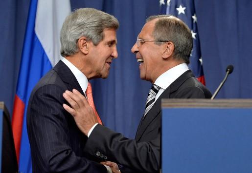 USA:s och Rysslands utrikesministrar John Kerry och Sergei Lavrov skakar hand.