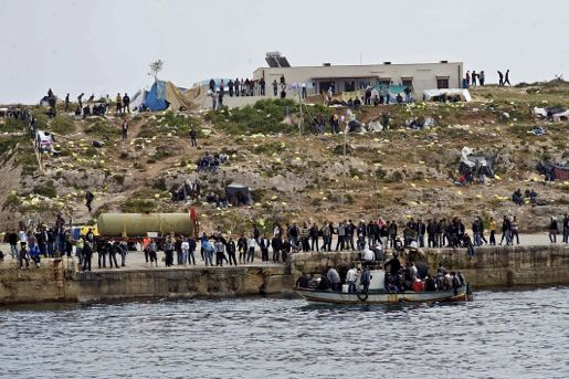 En båt med flyktingar anlöper Lampedusa. Foto AP / Scanpix.