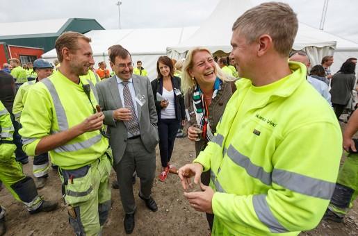De båda arbetsledarna Christian Thulin och Rickard Cederbrick firade tillsammans med den halländske landshövdingen Lars-Erik Lövdén och infrastrukturminister Catharina Elmsäter-Svärd (M)