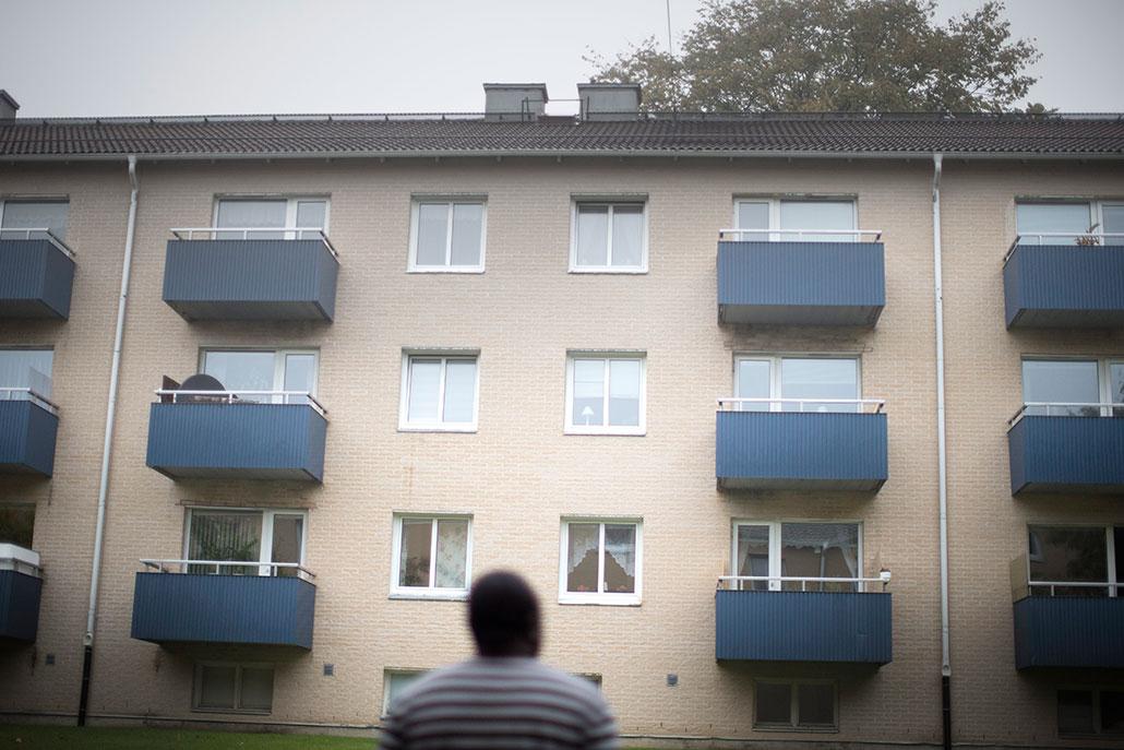 Obalana känner att vad som helst kan hända honom, utan att någon kan hjälpa honom. Hans tilltro till svenskar som ett tolerant folk har rubbats.