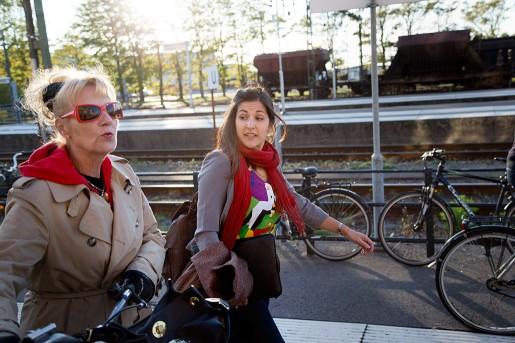 Sara Duarte tar tåget ut i Sveriges kommuner för att föreläsa om högerextremismens historia. Kommunalaren Ing-Mari Gustafsson Berggren tar emot i Varberg, där Sverigedemokraterna har två mandat i kommunfullmäktige.