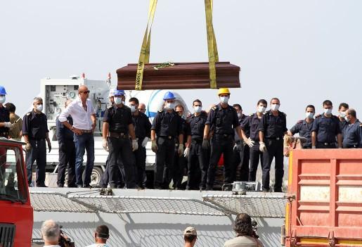 En kista förs i land med ett av offren för förra veckans flyktingkatastrof vid Lampedusa, Italien.