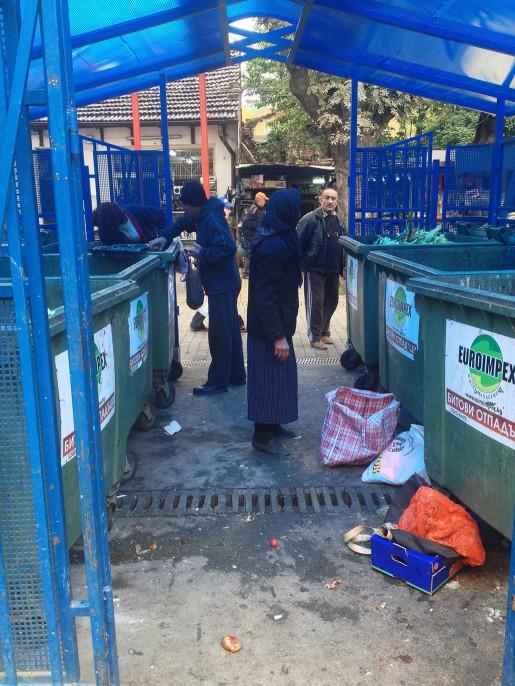 På marknaden vid Lavov Most i centrala Sofia slängs mängder av frukter och grönsaker som anses för dåliga att sälja. Och där väntar många människor, inte sällan Olga, på att plocka upp dem ur soporna.
