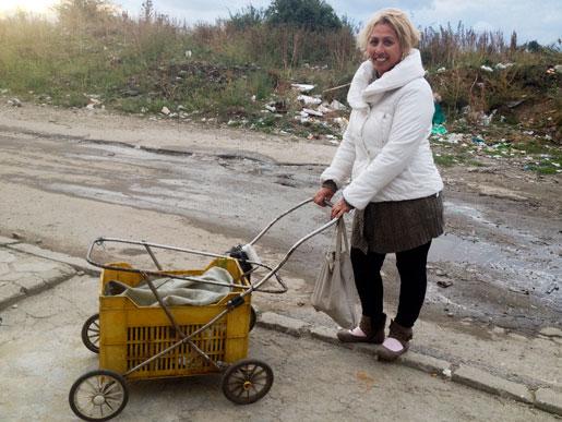 """Chassin till barnvagnar ser man överallt i Sofia såväl som i Dupnitsa. """"Vi är många som plockar sopor. Vi är de arbetslösa"""", säger Olga som fotodagen till ära inte vill ha på sig sina smutsiga arbetskläder."""