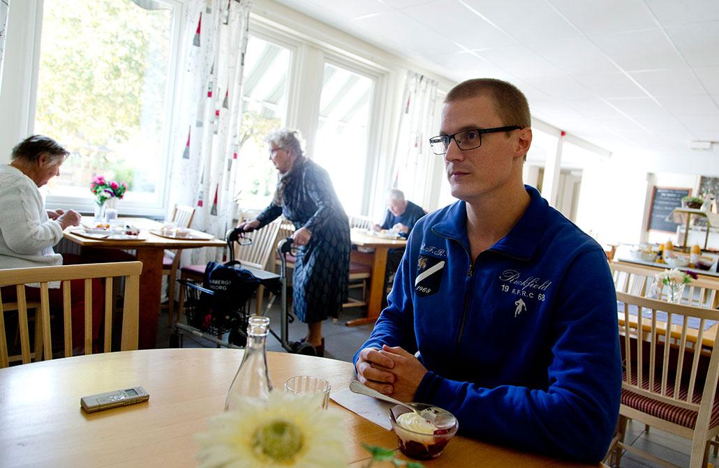 Undersköterskan Erik Hellsborn hoppar rotmoset den här dagen och går direkt på efterrätten. – Ett samhälle som grundar sig på kulturell likhet har större möjlighet att vara stabilt, säger han.